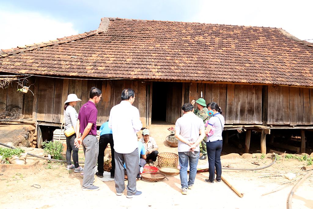 Trao đổi với bà con người Nùng tại làng Quảng Hòa
