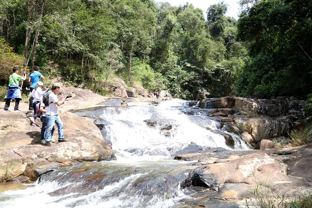 Đoàn khảo sát tại thác Sơn Long, xã Ea Tam, huyện Krông Năng.