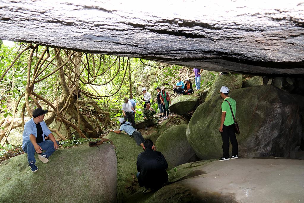 Đoàn khảo sát dừng chân tại hang đá Đắk Tuar