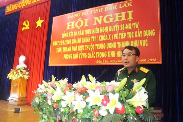 Đại diện Bộ Chỉ huy Quân sự tỉnh báo cáo tình hình thực hiện xây dựng khu vực phòng thủ