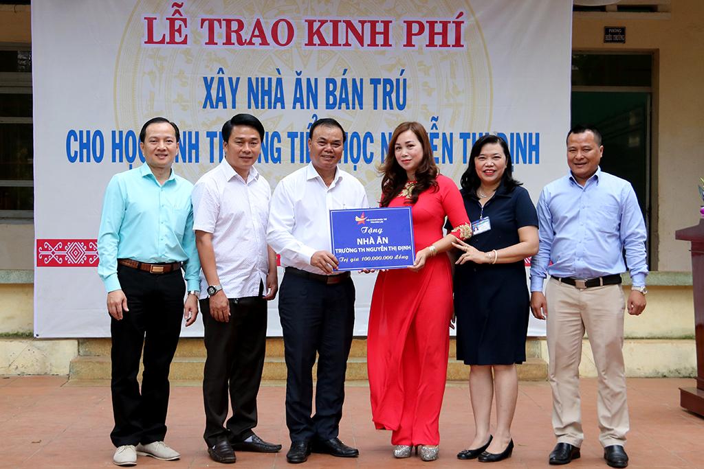 Hội Doanh nhân trẻ tỉnh Đắk Lắk tặng kinh phí xây nhà ăn bán trú cho trường Tiểu học Nguyễn Thị Định