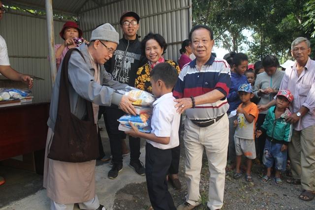 Ban Từ thiện chùa Như Lai tặng quà cho người dân xã Krông Na