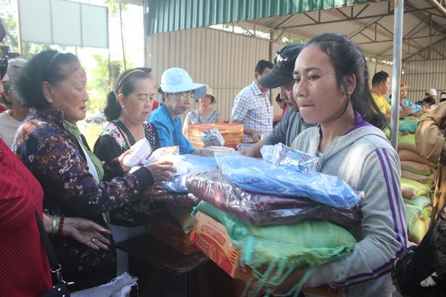 Ban Từ thiện chùa Như Lai tặng quà cho học sinh nghèo xã Krông Na