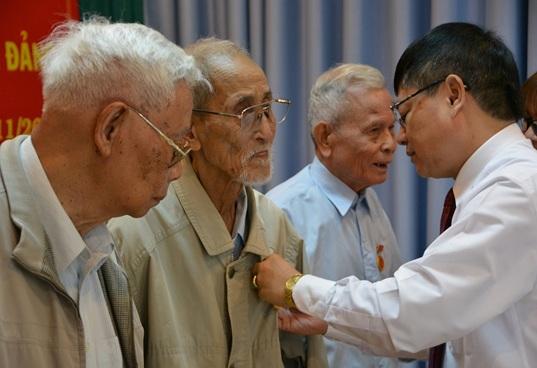 Đồng chí Phạm Minh Tấn, Phó Bí thư Thường trực Tỉnh ủy trao Huy hiệu Đảng cho đảng viên 70 năm tuổi đảng