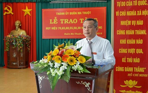 Đồng chí Nay Phi La, Phó Bí thư Thường trực Thành ủy Buôn Ma Thuột phát biểu tại buổi lễ
