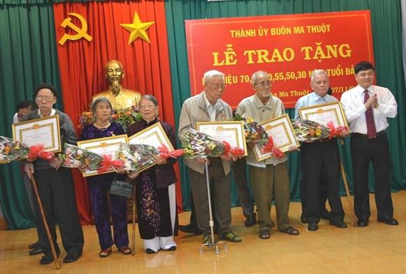 Đảng viên nhận Huy hiệu 70 năm tuổi đảng