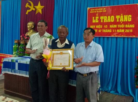 Huyện ủy Lắk tổ chức Lễ trao tặng Huy hiệu 30,40,45,50 năm tuổi Đảng cho đảng viên