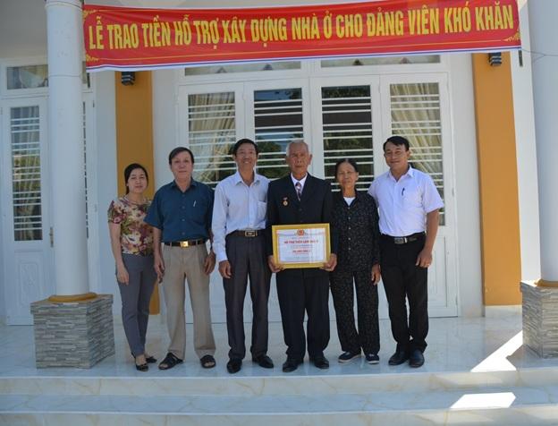 Đồng chí Ngô Trọng Yêm, UV BTV Thành ủy, Phó Trưởng Ban Tuyên giáo trao tiền hỗ trợ cho gia đình ông Nông Khánh Tôn, TDP 14 phường Khánh Xuân