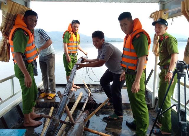 Công an huyện Lắk xử lý tình trạng khai thác thủy sản trái phép trên hồ Lắk