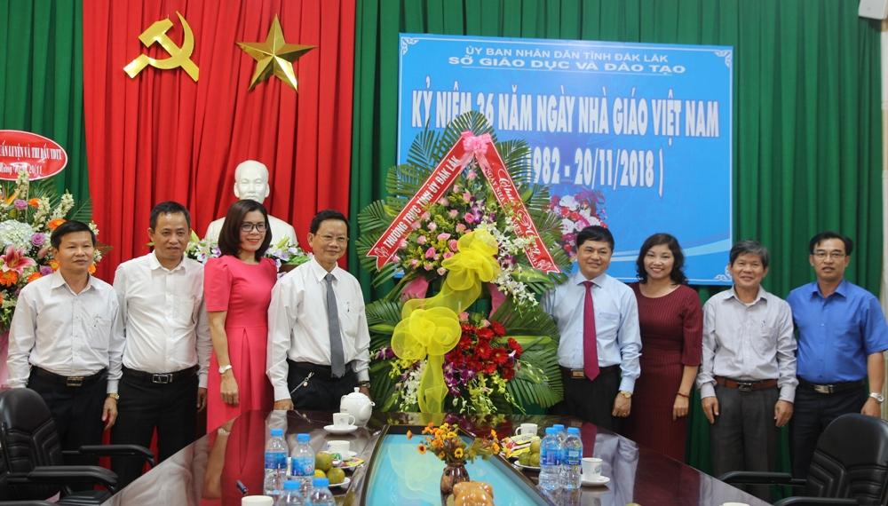 Phó Bí thư Thường trực Tỉnh ủy Phạm Minh Tấn chúc mừng các trường nhân Ngày Nhà giáo Việt Nam