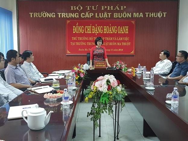 Thứ trưởng Bộ Tư pháp Đặng Hoàng Oanh thăm và làm việc tại Trường Trung cấp Luật Buôn Ma Thuột
