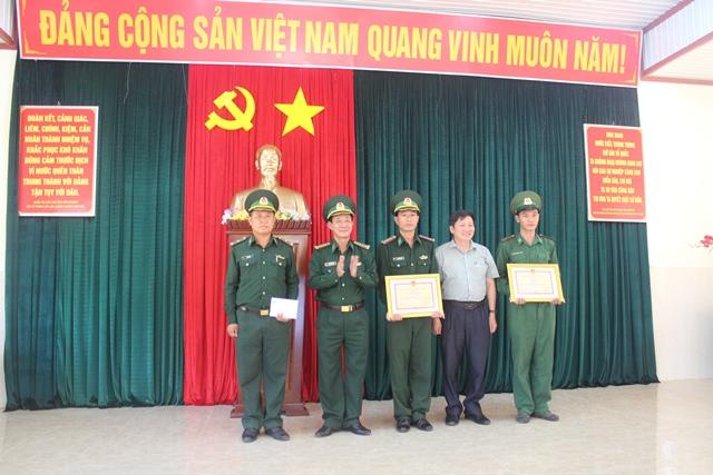 Khen thưởng thành tích trong vụ án tàng trữ vũ khí quân dụng trái phép