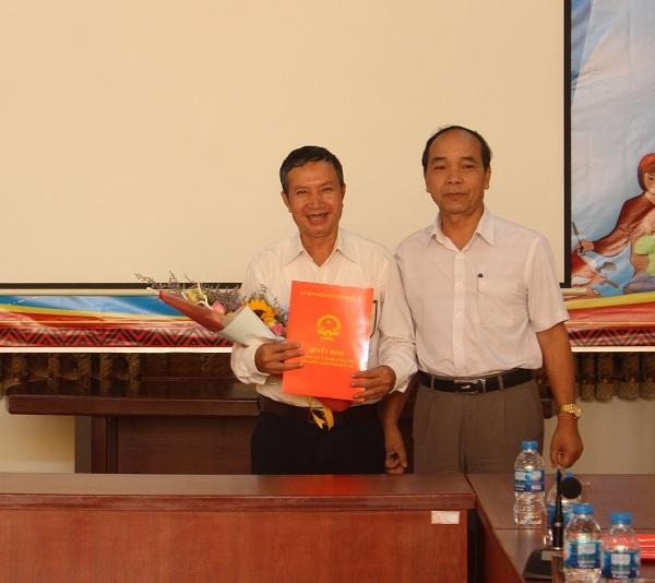 Giám đốc Sở Nội vụ Miên Klơng tặng hoa và trao Quyết định nghỉ hưu cho thầy Trần Văn Hùng