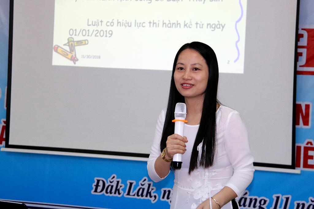 Bà Phan Thị Huệ, Vụ trưởng Vụ Pháp chế - Thanh tra thuộc Tổng Cục Thủy sản phổ biến Luật Thủy sản 2017.