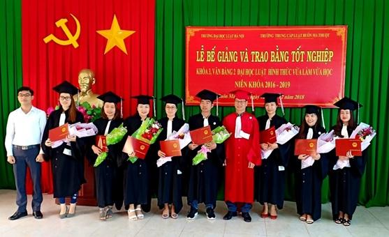 Lễ bế giảng và trao bằng tốt nghiệp lớp đại học luật văn bằng 2, khoá 3.