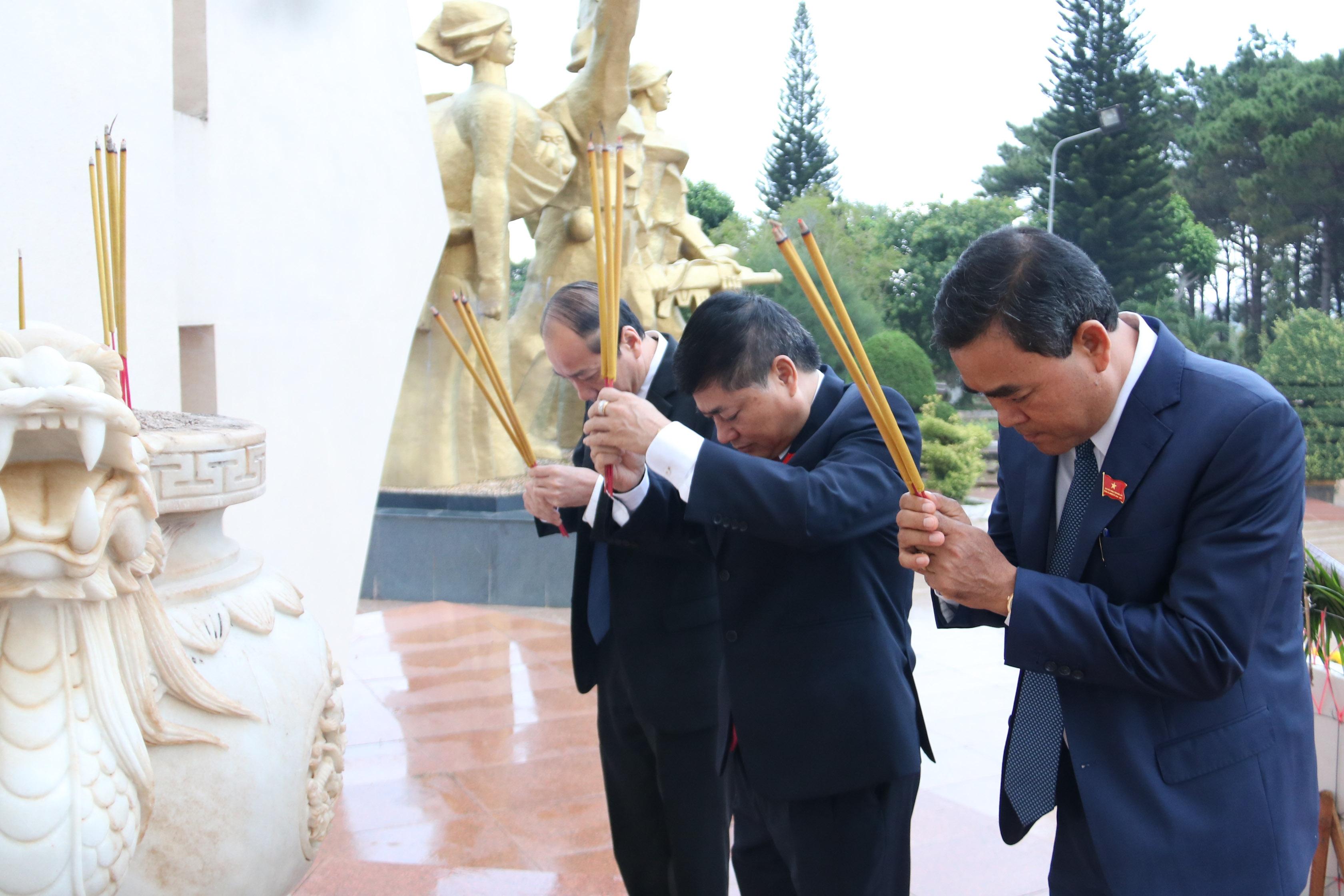 Các đại biểu thành kính dâng hương tưởng niệm các Anh hùng Liệt sĩ ...
