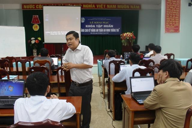 Giảng viên Dương Trọng Khang – Trường Cao đẳng An ninh mạng Ispace truyền đạt tại lớp tập huấn