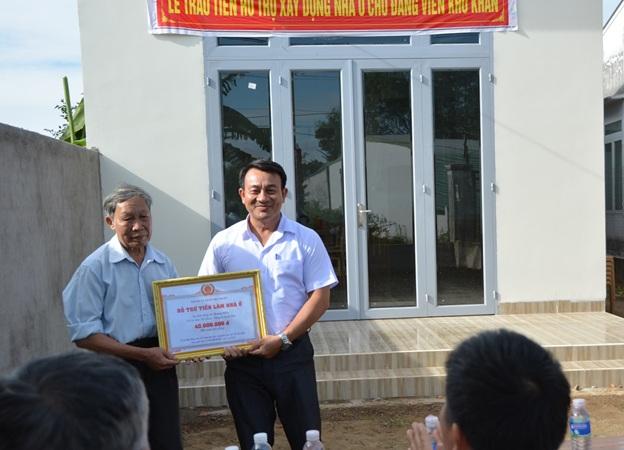 Thành phố Buôn Ma Thuột, trao tiền hỗ trợ xây nhà ở cho đảng viên có hoàn cảnh khó khăn tại thôn Tân Hưng, xã EaKao