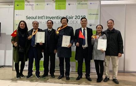 Giám đốc Sở Y tế Đắk Lắk, BS CK2 Doãn Hữu Long, chủ nhiệm đề tài (giữa) cùng cộng sự nhận giải tại SIIF 2018