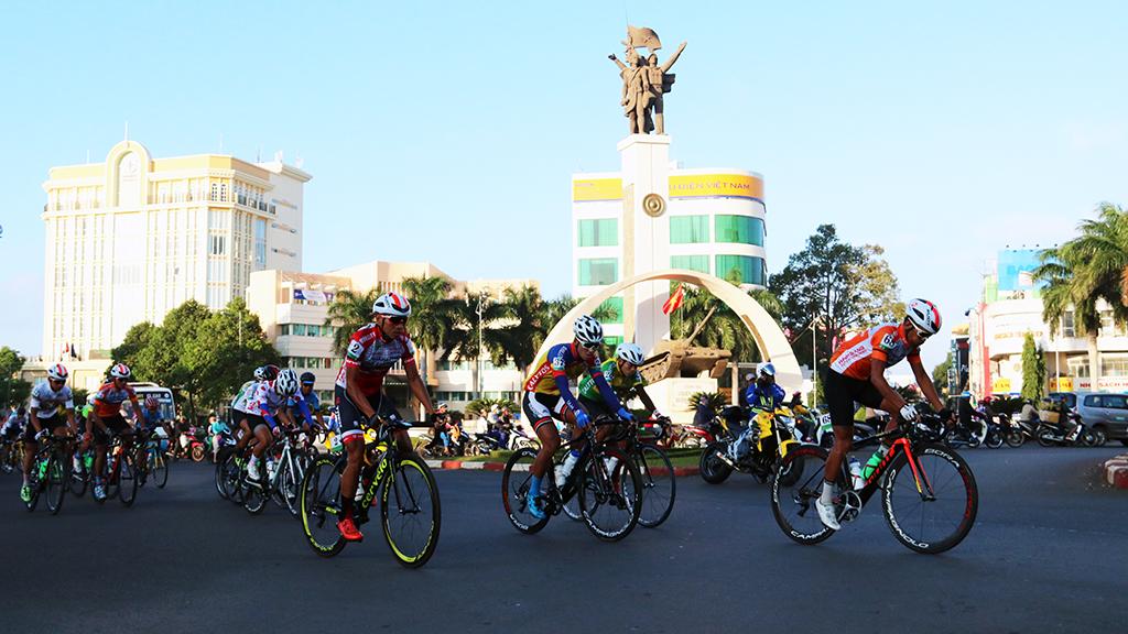 Xuất phát chặng 9 cuộc đua xe đạp Nam Kỳ Khởi Nghĩa lần thứ 21 từ thành phố Buôn Ma Thuột đi thành phố Nha Trang