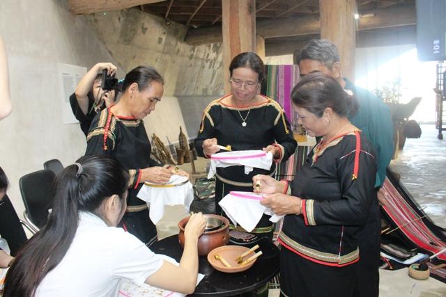 """Chương trình giao lưu văn hóa Việt Nam – Indonesia với chủ đề """"Batik và thổ cẩm Êđê"""""""
