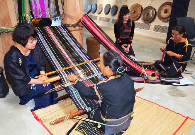 Giao lưu văn hóa thổ cẩm Việt và Batik của Indonesia: Nơi gặp gỡ của người yêu văn hóa truyền thống