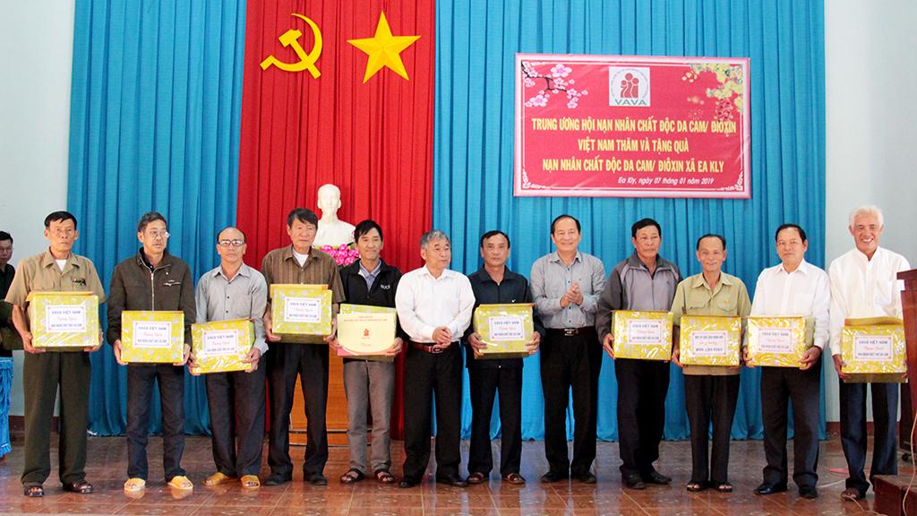 Tặng quà cho các nạn nhân chất độc da cam/dioxin tại huyện Krông Pắc