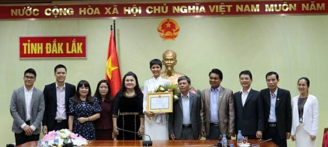 Chụp hình lưu niệm với lãnh đạo UBND tỉnh, Sở, ngành