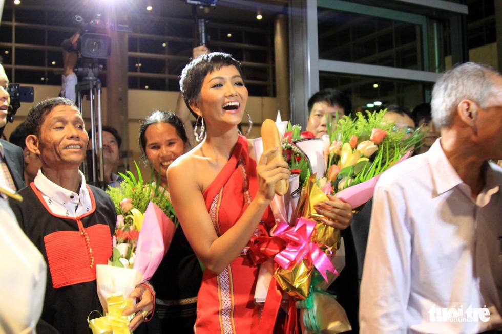 Hoa hậu H'Hen Niê xuất hiện tại Sân bay Buôn Ma Thuột với hình ảnh ổ bánh mì trên tay