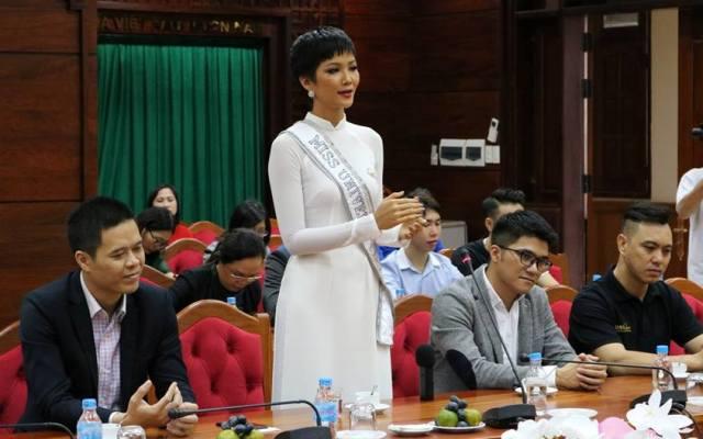 Hoa hậu Hoàn vũ Việt Nam H'Hen Niê phát biểu tại buổi gặp mặt