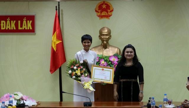 Đồng chí H'Yim kđoh, Phó Chủ tịch UBND tỉnh trao Bằng khen của Chủ tịch UBND tỉnh Đắk Lắk cho hoa hậu H'Hen Niê