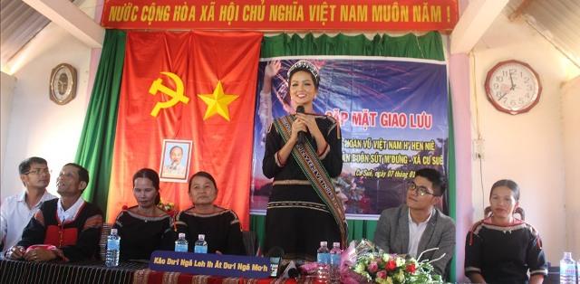 Hoa hậu H'Hen Niê bình dị trong ngày trở về với buôn làng