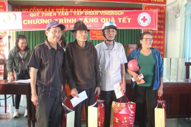 Quỹ Thiện Tâm của Tập đoàn Vingroup tặng quà tết cho hộ nghèo tại huyện Buôn Đôn