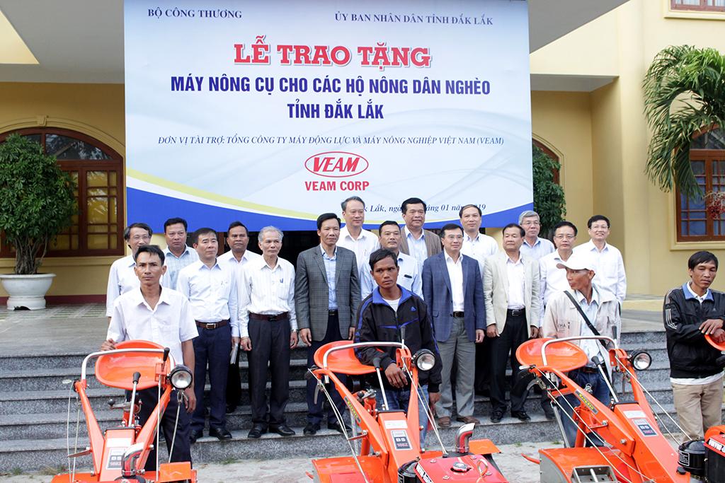 Bộ Công Thương tặng 10 máy nông cụ cho các nông dân nghèo tại Đắk Lắk