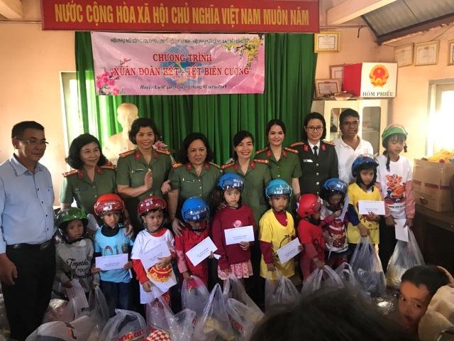 Hội Phụ nữ Công an tỉnh tặng quà Tết cho trẻ em có hoàn cảnh đặc biệt khó khăn