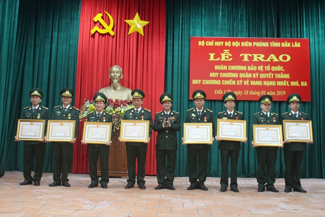 Trao tặng Huân chương Bảo vệ Tổ quốc, Huy chương Quân kỳ Quyết thắng và Huy chương Chiến sĩ vẻ vang