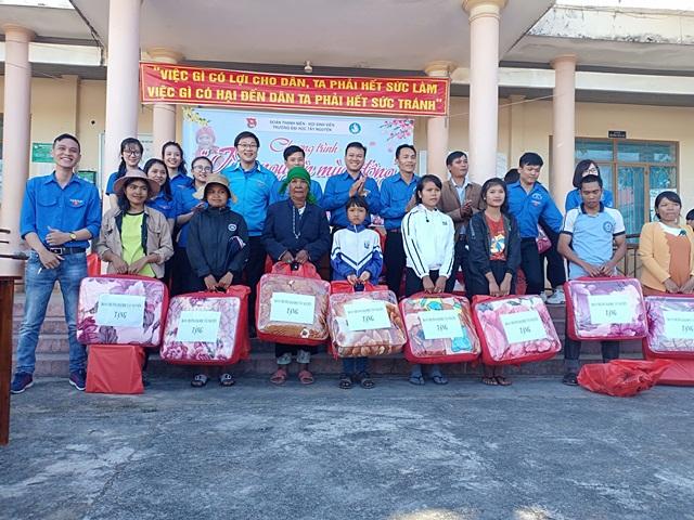 Đoàn trường Đại học Tây Nguyên tặng 80 suất quà cho người nghèo  huyện Lắk