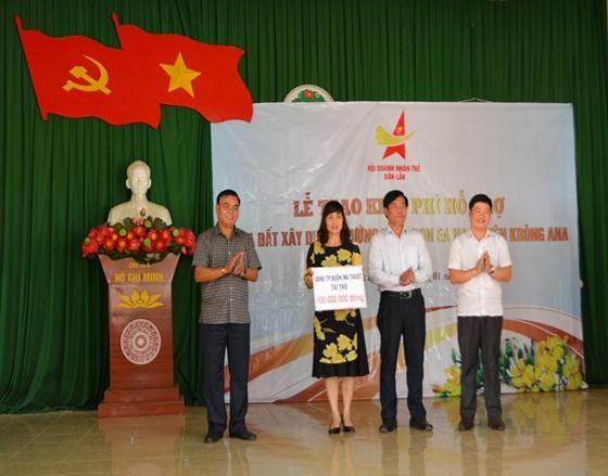 UBND thành phố Buôn Ma Thuột trao 100 triệu đồng hỗ trợ xây dựng trường Mầm non Buôn EaNa, huyện Krông Ana