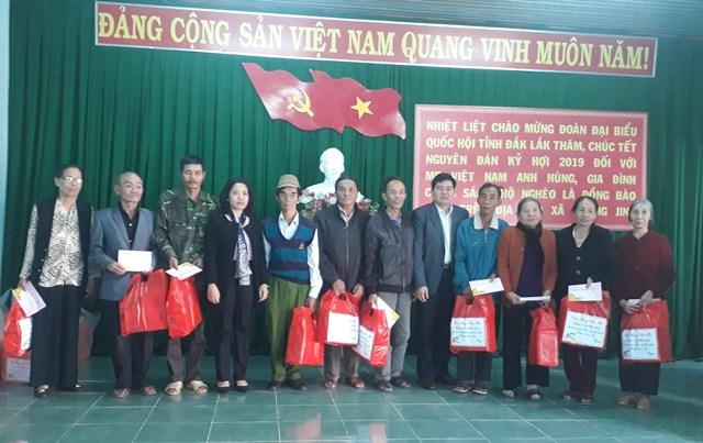 Đoàn đại biểu Quốc hội tỉnh Đắk Lắk thăm, chúc Tết và tặng quà Mẹ Việt Nam Anh hùng, gia đình chính sách, hộ nghèo tại huyện M'Đrắk