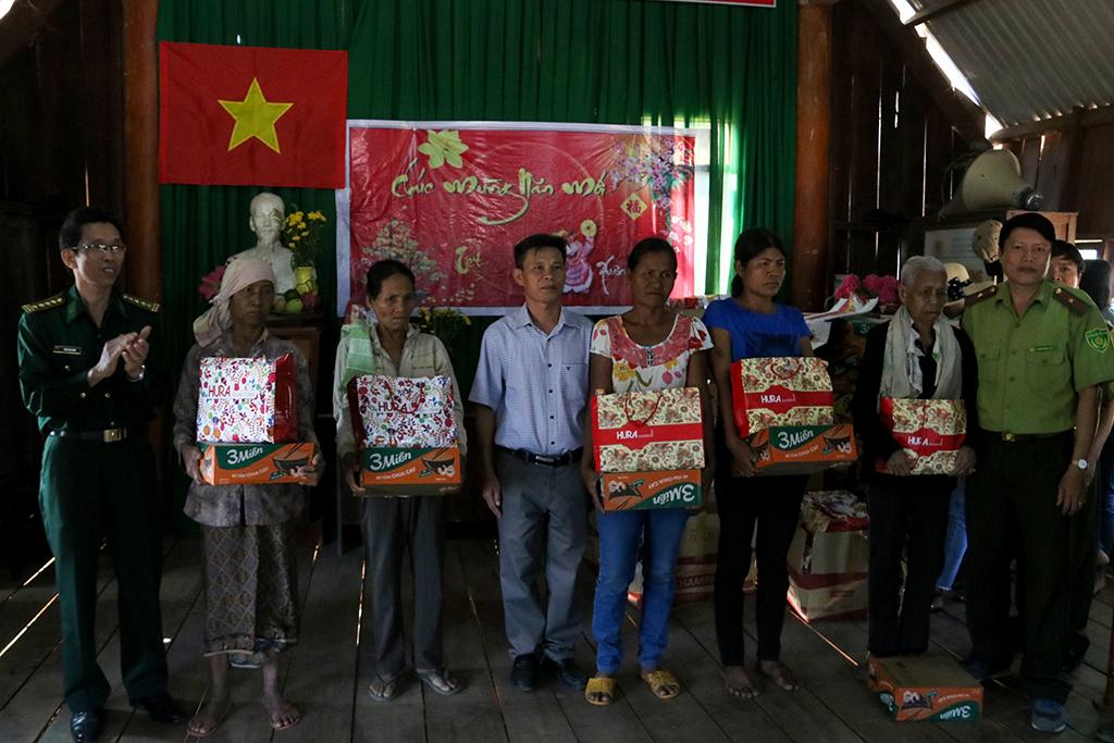 Trao 126 suất quà tặng gia đình có hoàn cảnh khó khăn buôn Đrang Phốk