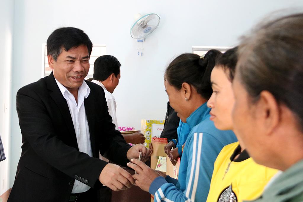 Ủy ban Dân tộc tặng 100 suất quà tết cho các hộ dân tộc thiểu số nghèo trên địa bàn tỉnh