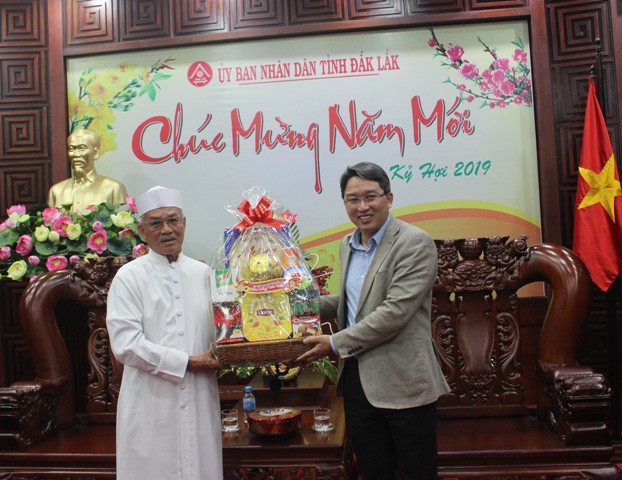 Đoàn chức sắc Hội thánh Truyền giáo Cao Đài chúc tết UBND tỉnh