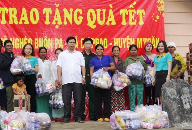 Viettel Đắk  Lắk trao quà Tết cho hộ nghèo buôn Pa, xã Cư Prao, huyện M'đrắk