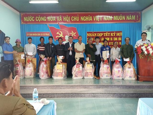 Bí thư Tỉnh ủy Đắk Lắk thăm, tặng quà các gia đình khó khăn buôn Pa, xã Cư Prao