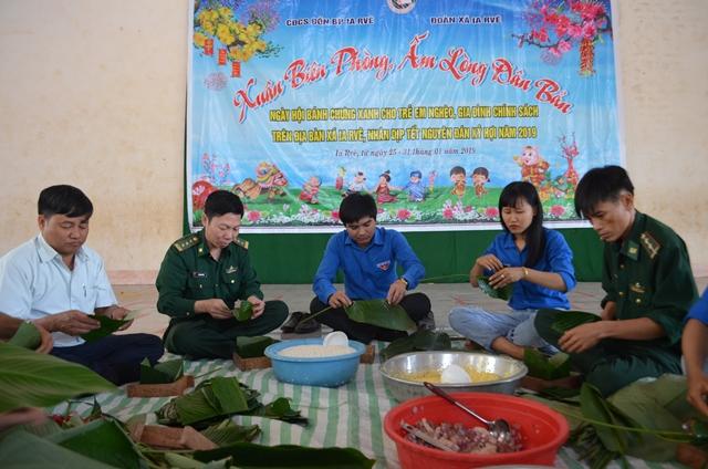 Gần 5.000 chiếc bánh chưng xanh và hàng trăm suất quà tặng các gia đình chính sách, các hộ nghèo ở vùng biên Đắk Lắk