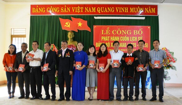 Phát hành cuốn Lịch sử Đảng bộ xã Ea Kao, giai đoạn 1975 - 2015