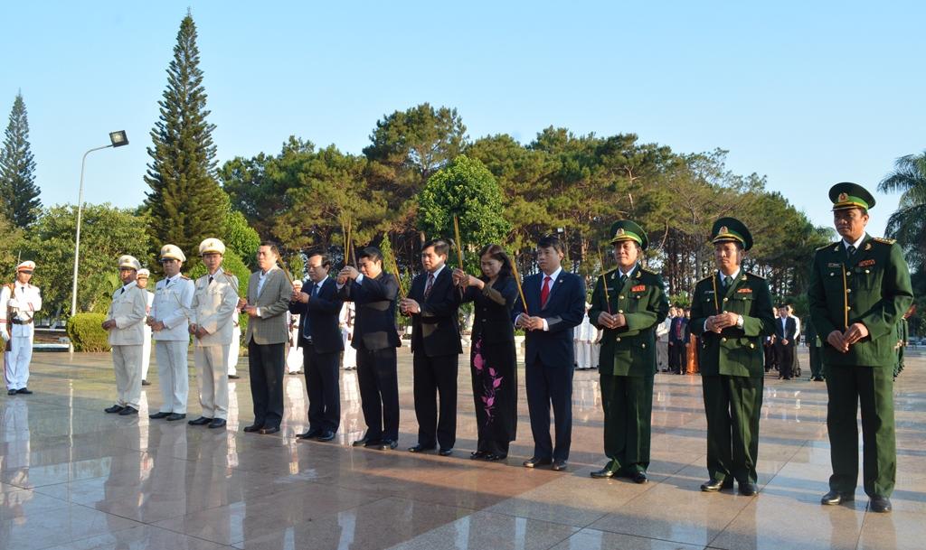 Lễ viếng Nghĩa trang liệt sỹ tỉnh nhân Ngày truyền thống Bộ đội Biên phòng và Ngày Biên phòng toàn dân