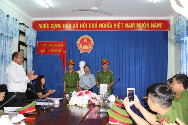 Khen thưởng đột xuất cho Đội Cảnh sát hình sự, kinh tế và ma túy Công an huyện M'Đrắk (Đắk Lắk)