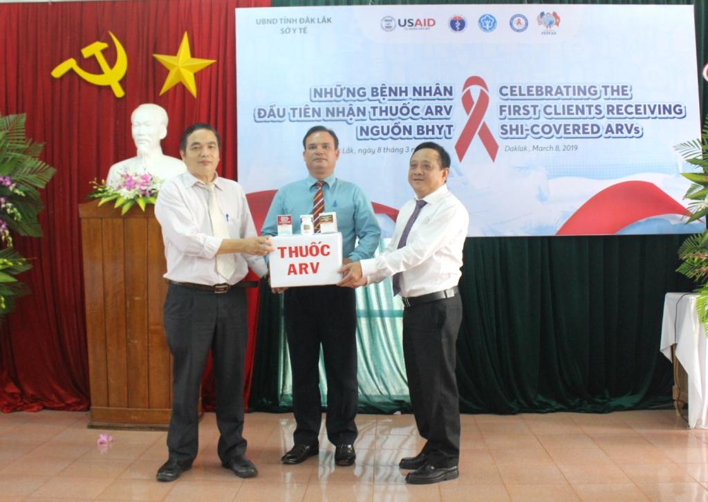 20 bệnh nhân HIV/AIDS đầu tiên nhận thuốc ARV từ nguồn BHYT