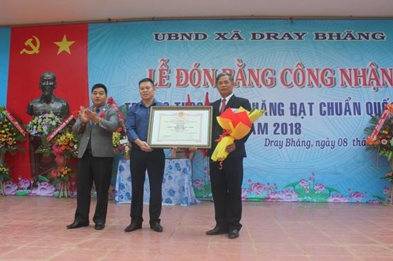 Trường THCS Dray Bhăng (huyện Cư Kuin) đón bằng công nhận đạt chuẩn quốc gia